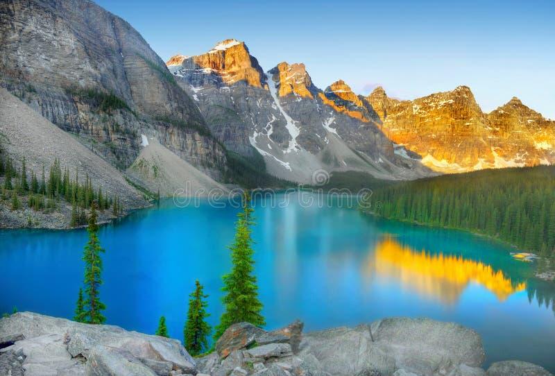 Banff nationalpark, morän sjö royaltyfria bilder