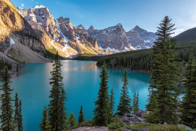 Banff park narodowy, Morena jezioro w Kanadyjskich Skalistych górach, vertbcal obrazy royalty free