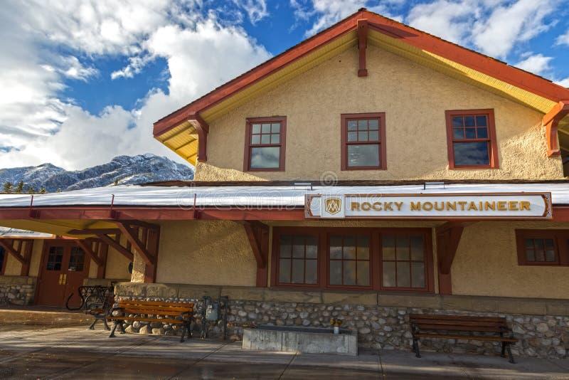 Banff Rocky Mountaineer Railway Station en montañas rocosas canadienses foto de archivo libre de regalías