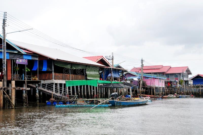 Bang Chan, im Bezirk Chantaburi in Kh Lung, ist ein Fischerdorf, das auf dem Wasser errichtet wurde lizenzfreie stockbilder