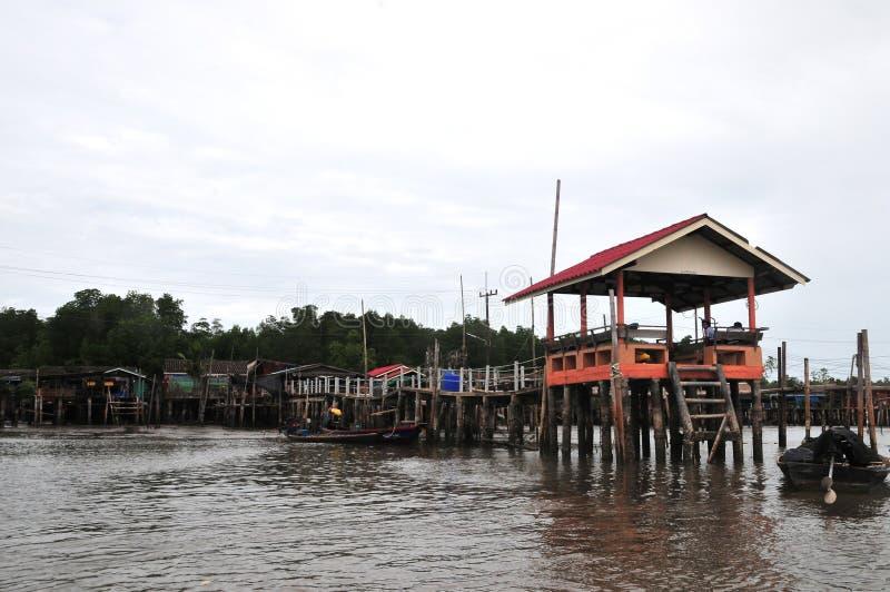 Bang Chan, im Bezirk Chantaburi in Kh Lung, ist ein Fischerdorf, das auf dem Wasser errichtet wurde stockfotos