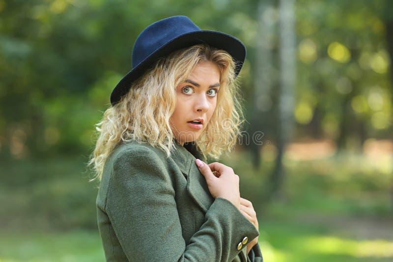 Bang gemaakte jonge vrouw op park stock afbeeldingen