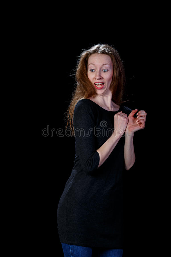 Bang gemaakte mooie jonge vrouw op een zwarte achtergrond royalty-vrije stock fotografie