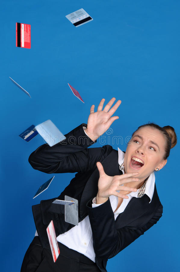Bang gemaakte onderneemster met dalende bankkaart stock afbeeldingen