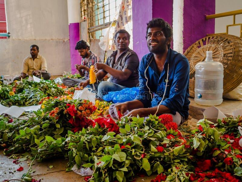BANGALORE, ÍNDIA - 6 de junho de 2017: Vendedores da flor no mercado do KR em Bangalore em Bangalore, Índia imagem de stock