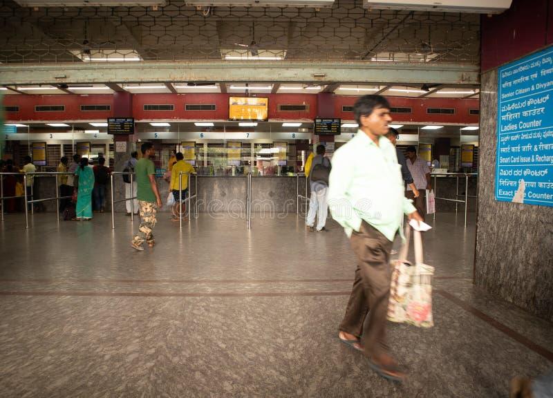 Bangalore Inde - 3 juin 2019 : Les personnes non identifiées font la queue pour acheter des billets à la gare ferroviaire de Bang photographie stock