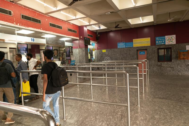 Bangalore Inde - 3 juin 2019 : Les personnes non identifiées font la queue pour acheter des billets à la gare ferroviaire de Bang images stock