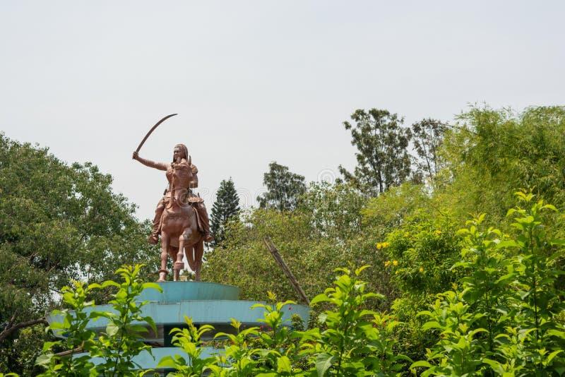 Bangalore, India, il 4 giugno 2019: Scultura della regina Kittur Rani Chennamma sul cavallo con la spada a Bengaluru, il Karnatak immagine stock