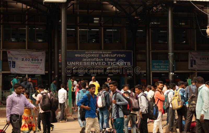 Bangalore India - 3 Juni, 2019: Menigte buiten de kaartjesteller bij station tijdens festivaltijd stock foto