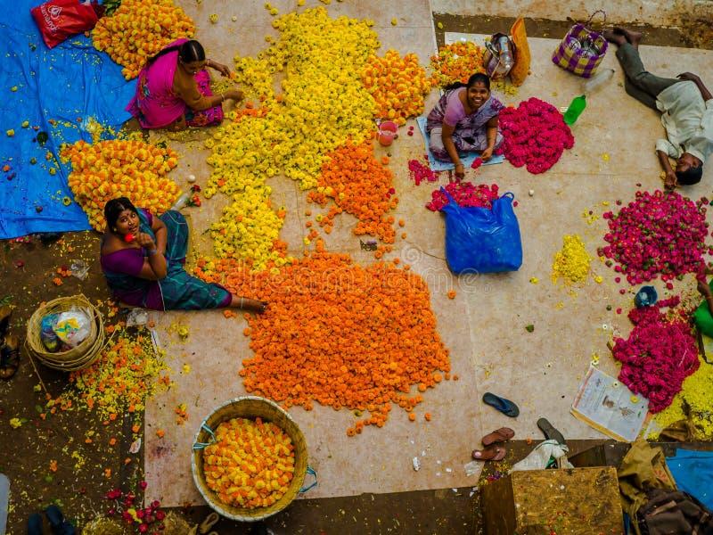 BANGALORE INDIEN - Juni 06 2017: Flyg- sikt av blommasäljare på KR-marknaden i Bangalore i Bangalore Indien royaltyfri fotografi