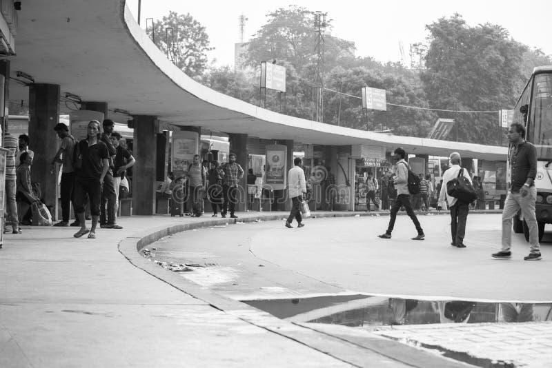 BANGALORE INDIEN Juni 3, 2019: Monokrom bild av den väntande på bussen för upptaget folk på den majestätiska bussstationen Bengal arkivbilder