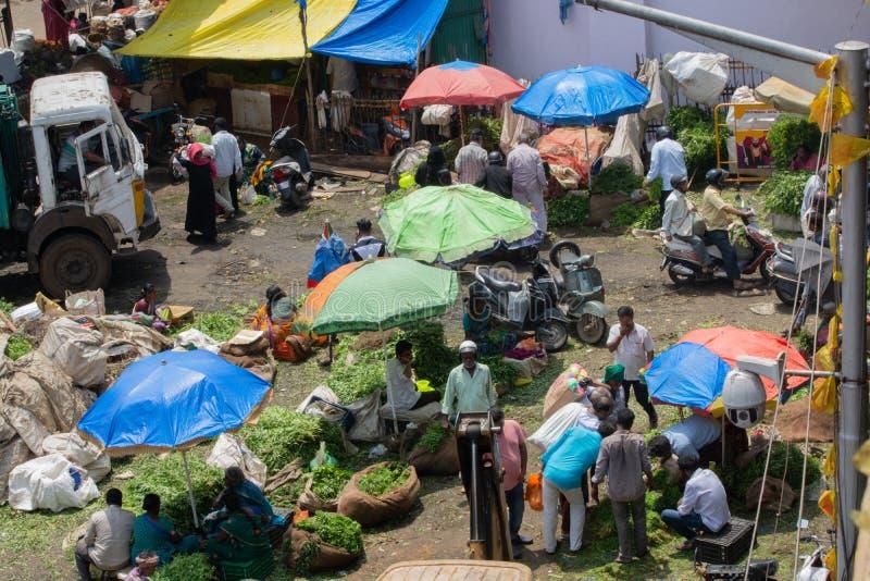 Bangalore Indien - 4th Juni 2019: Den flyg- sikten av upptaget folk på KR-marknaden också som är bekant som stadsmarknaden, är de royaltyfri bild