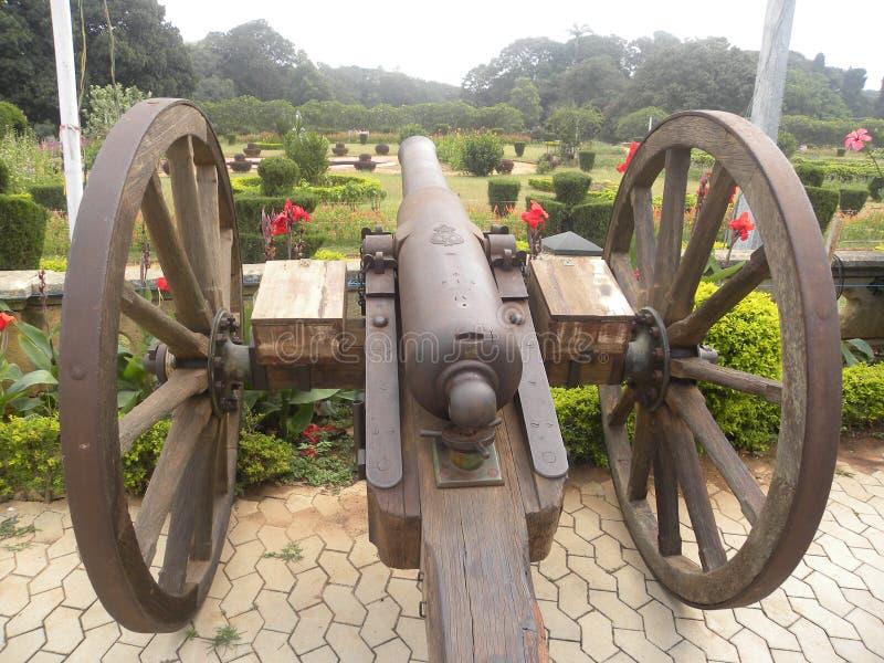 Bangalore, Karnataka, Índia - 23 de novembro de 2018 canhão antigo com rodas imagens de stock