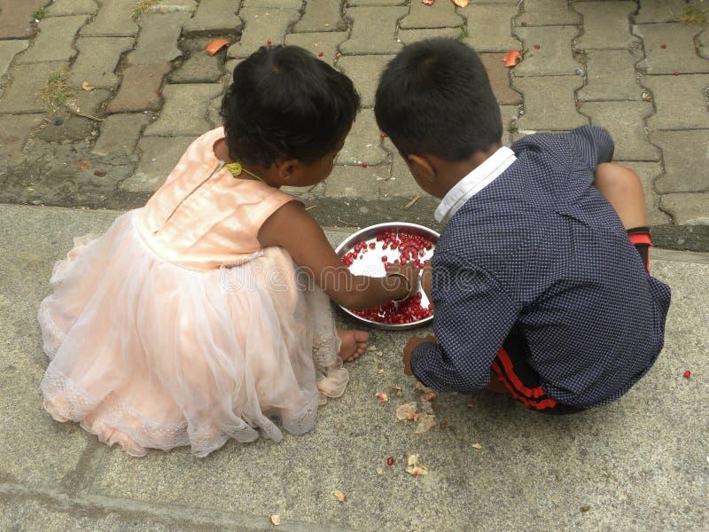 Bangalore, Karnataka, Índia - 23 de novembro de 2018 menino indiano novo e uma menina fotos de stock royalty free