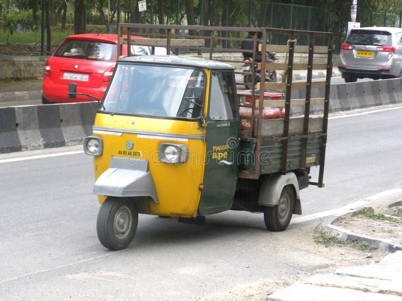 Bangalore, Karnataka, Inde - 26 avril 2018 mini camion automatique sur la route images libres de droits