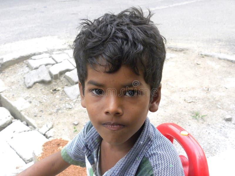 Bangalore, Karnataka, Inde - 26 avril 2018 portrait d'un jeune garçon indien sur la rue image stock