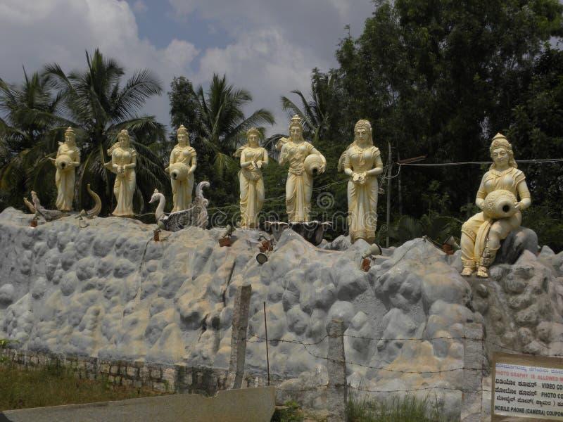 Bangalore, Karnataka, Inde - 1er janvier 2009 7 statues de 7 rivières sacrées d'Inde photo libre de droits