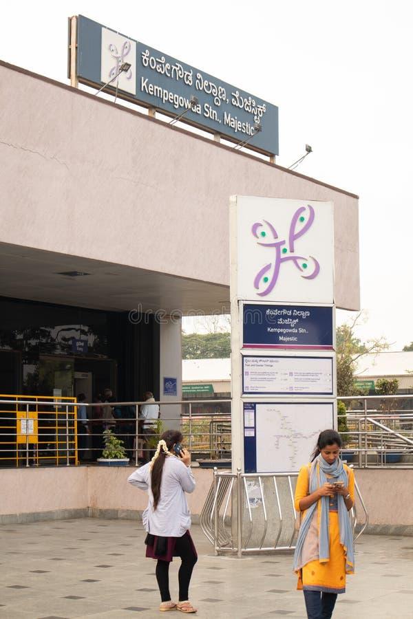 Bangalore, Karnataka, Inde le 2 juin 2019 : Les gens employant le mobile en dehors du matin majestueux de Bengaluru de station de photos stock