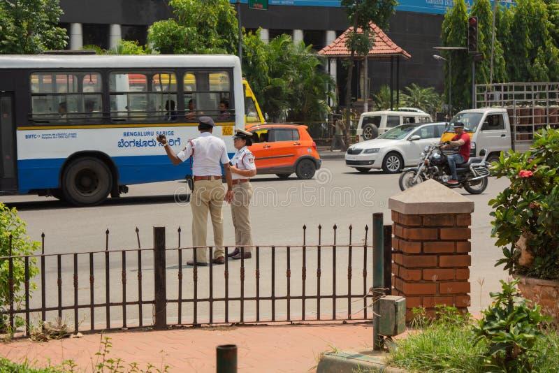 Bangalore, Karnataka 04 India-Juni 2019: Bewegend Verkeer dichtbij stadhuiscirkel en de politie van het Stadsverkeer bezig bij he royalty-vrije stock foto