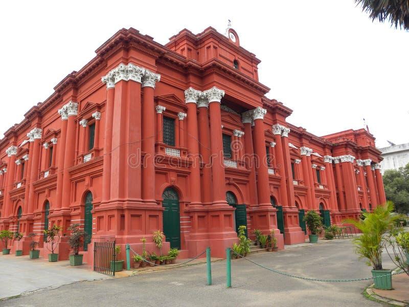Bangalore, Karnataka India, Wrzesień, - 8, 2009 Czerwonego koloru budynek Rządowy muzeum przy obraz stock