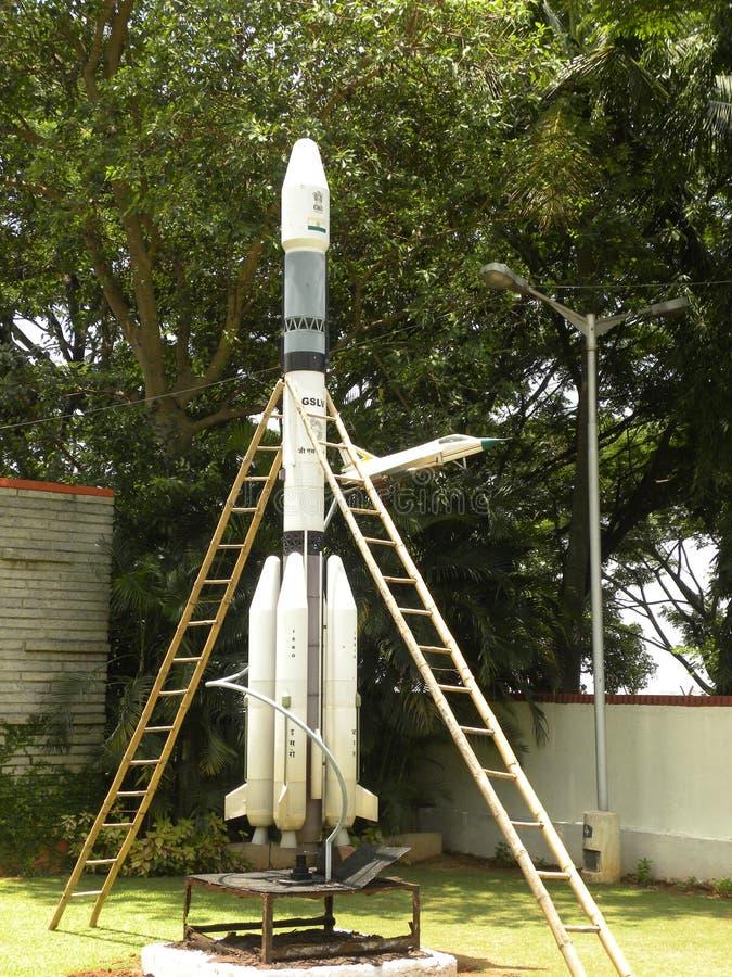 Bangalore Karnataka, Indien - Januari 1, 2009 modell av det satellit- lanseringsmedlet för GSLV fotografering för bildbyråer