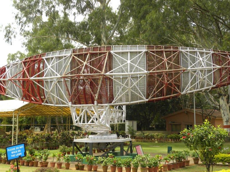 Bangalore, Karnataka, Indien - Januari 1, 2009 radar för flygtrafikkontroll och antenn på HAL Aerospace Museum royaltyfri fotografi