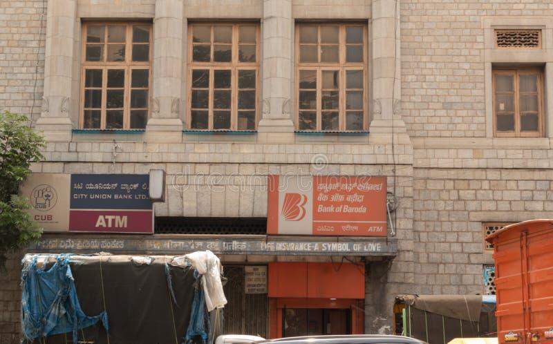 Bangalore Karnataka Indien-Juni 04 2019: Bank av den Baroda och stadsunionbanken ATM i en som bygger på bengaluruen, Karnataka arkivbild