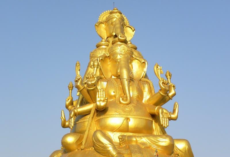 Bangalore Karnataka, Indien - Maj 27, 2010 enorm guld- färgstaty av Lord Ganesha med 3 framsidor royaltyfria bilder