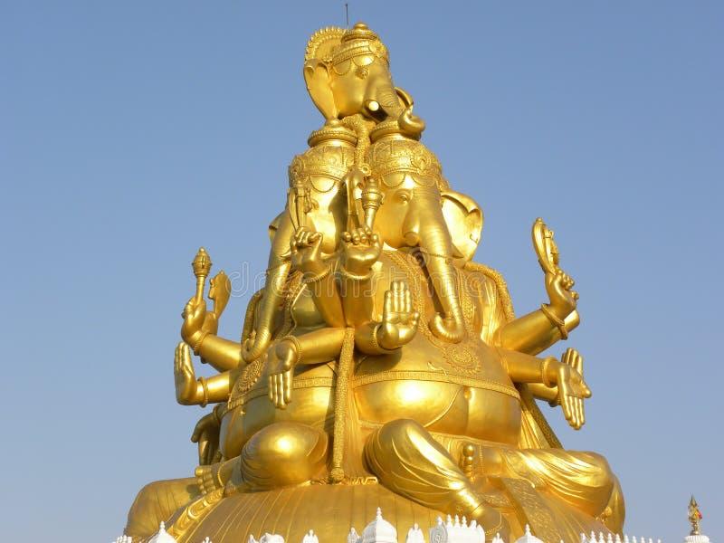Bangalore Karnataka, Indien - Maj 27, 2010 stor guld- färgstaty av Lord Ganesha med 3 framsidor arkivfoto