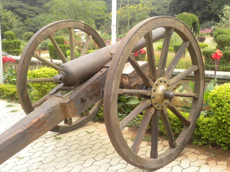 Bangalore Karnataka, Indien - November 23 2018 forntida kanon med trähjul arkivfoton