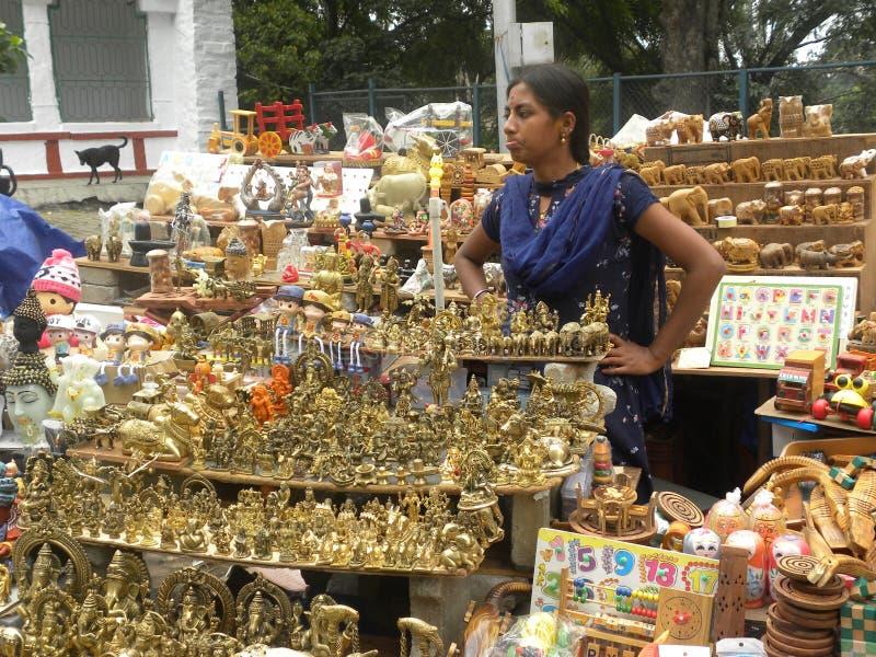 Bangalore, Karnataka, Indien - 23. November 2018 indisches Mädchen, das pooja Einzelteile verkauft lizenzfreie stockfotos