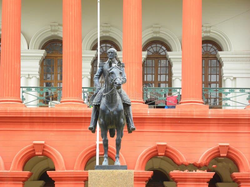 Bangalore Karnataka, Indien - September 5, 2009 staty av Mark Cubbon på Attara Kacheri, Karnataka högre domstol royaltyfria foton