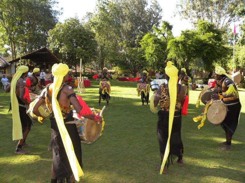 Bangalore, Karnataka, Indien - tanzen Sie 1. Januar 2009 die Performancekünstler, die Dollu Kunitha, populärer Trommeltanz durchf stockfoto