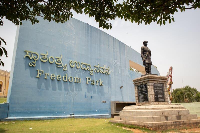 Bangalore, Karnataka la India 4 de junio de 2019: Entrada del parque Bangalore de la libertad con la escultura de Kuvempu fotografía de archivo libre de regalías