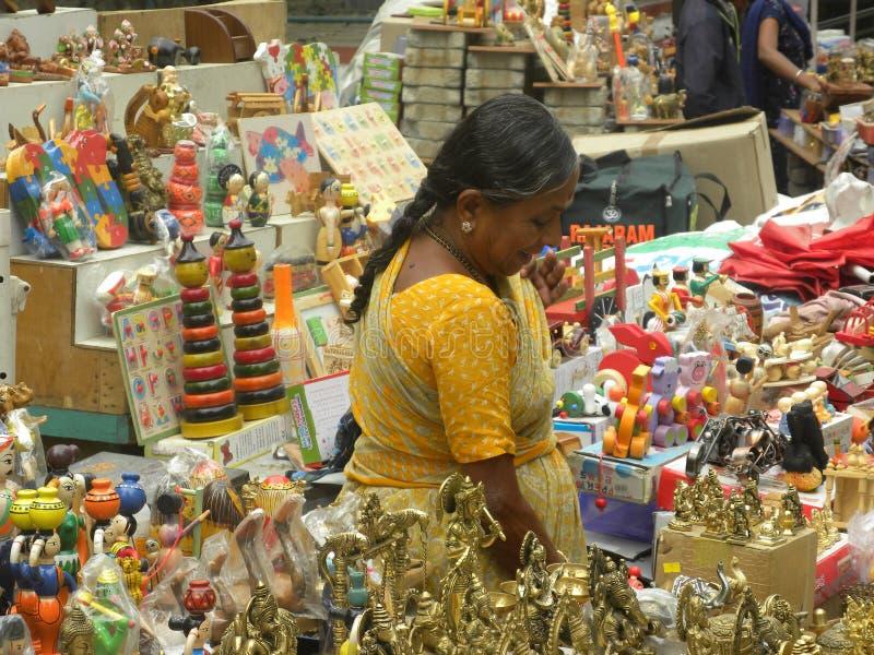 Bangalore, Karnataka, la India - 23 de noviembre de 2018 mujer india que vende las estatuas fotografía de archivo libre de regalías