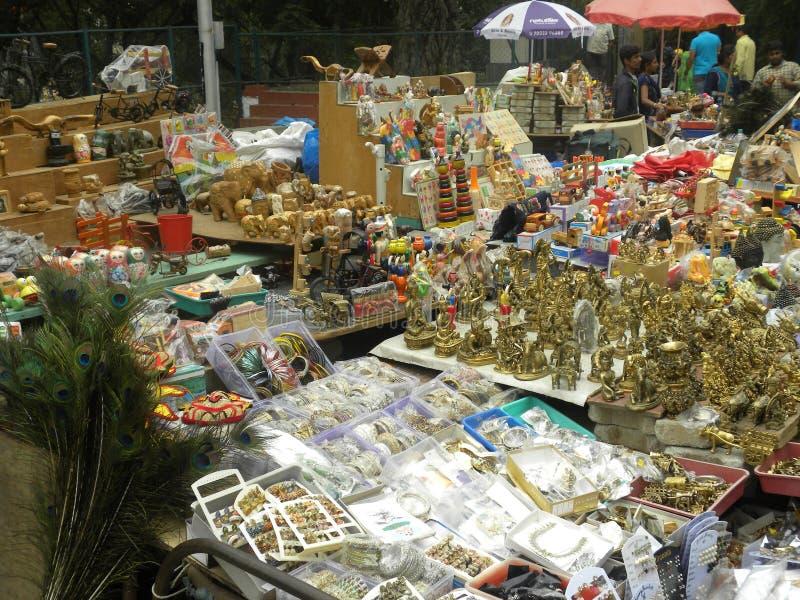 Bangalore, Karnataka, la India - 23 de noviembre de 2018 tienda de la calle cerca del templo imágenes de archivo libres de regalías