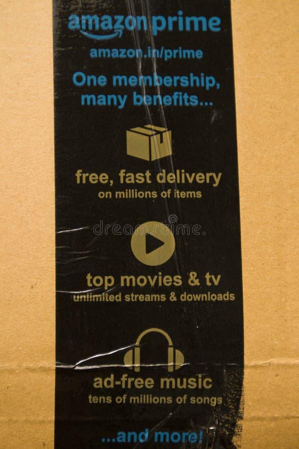 BANGALORE la INDIA 13 de junio de 2019: Logotipo del Amazon Prime impreso en la cinta escocesa de la seguridad de la caja de cart foto de archivo libre de regalías