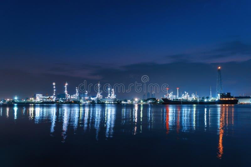 Bangchak石油` s炼油厂在工业enginee的晚上 库存照片