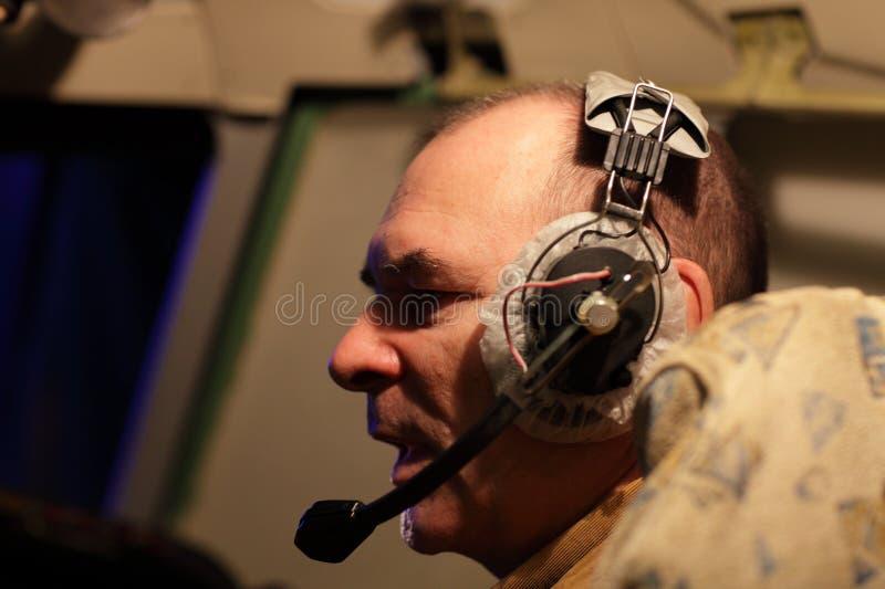 banghörlurar med mikrofonpiloten talar arkivbild