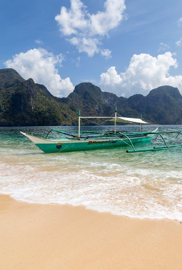 Bangka s'est garé à une plage sablonneuse blanche images libres de droits