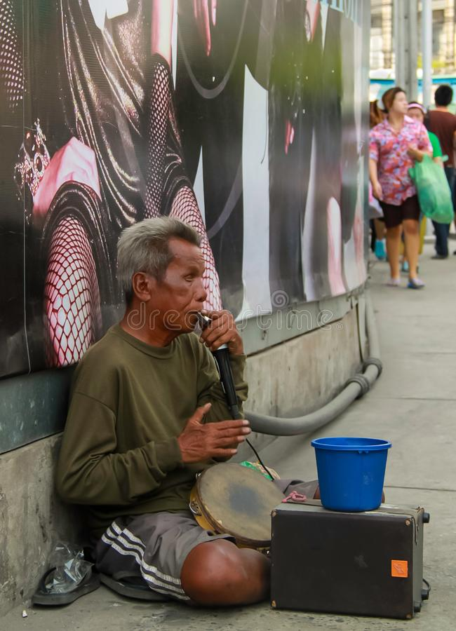 Bangkok - 2010: Één mensenband busker royalty-vrije stock foto