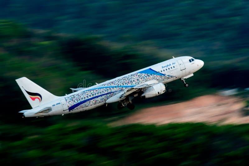 Bangkok Airways décollent à l'aéroport de Phuket photos stock