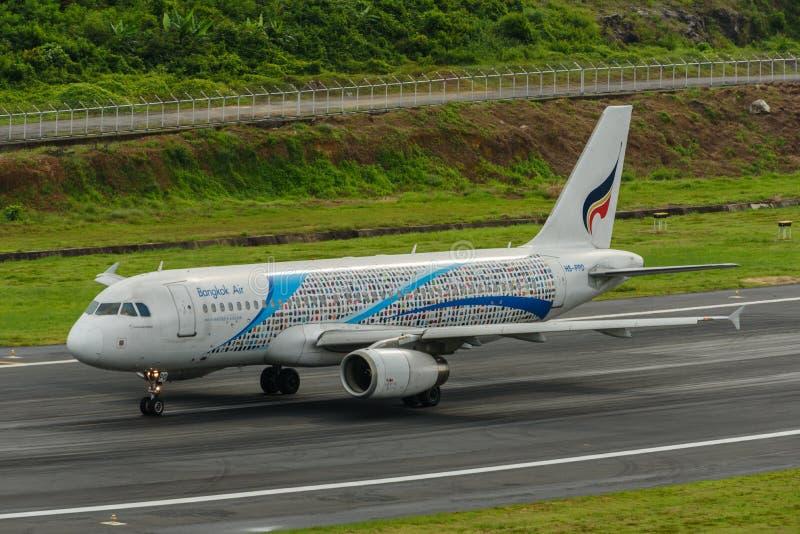 Bangkok Airways décollent à l'aéroport de Phuket images stock