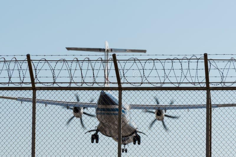 Bangkok- Airwaysflugzeuglandung hinter Flughafenzaun lizenzfreie stockfotos