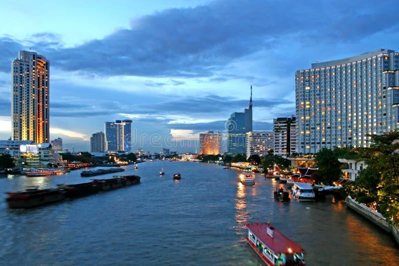 Download Bangkok al crepuscolo immagine stock. Immagine di panoramico - 3137869