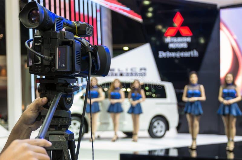 BANGKOK - 3. APRIL: Übergeben Sie das Halten der VDO-Kamera, die das s überwacht stockfotografie