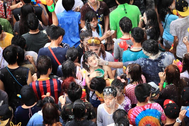 Bangkok April 15: Den Songkran festivalen på den Silom vägen, Bangkok, är arkivbild