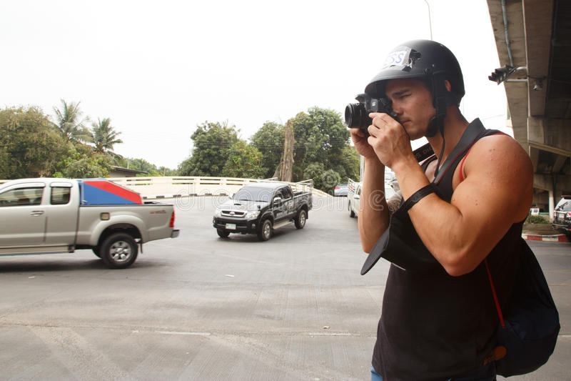 BANGKOK - 5. APRIL 2014: Fotojournalist an roter Hemden Einrichtung und lizenzfreies stockfoto
