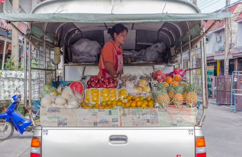 BANGKOK - April 14: Fruktsäljaren är att förbereda sig som är många sorten av frukter för att sälja fotografering för bildbyråer