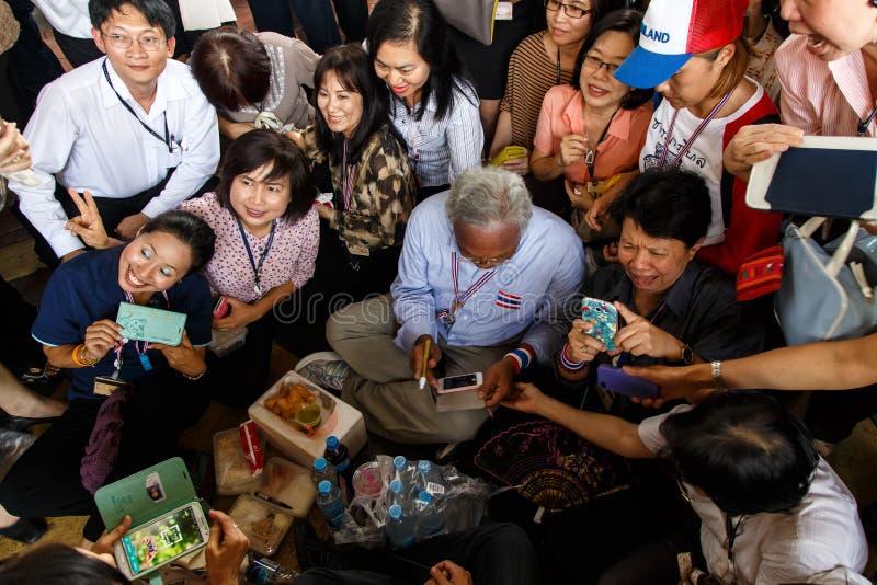 BANGKOK - APRIL 3 2014: Personer som protesterar mot regeringen samlar arkivbild